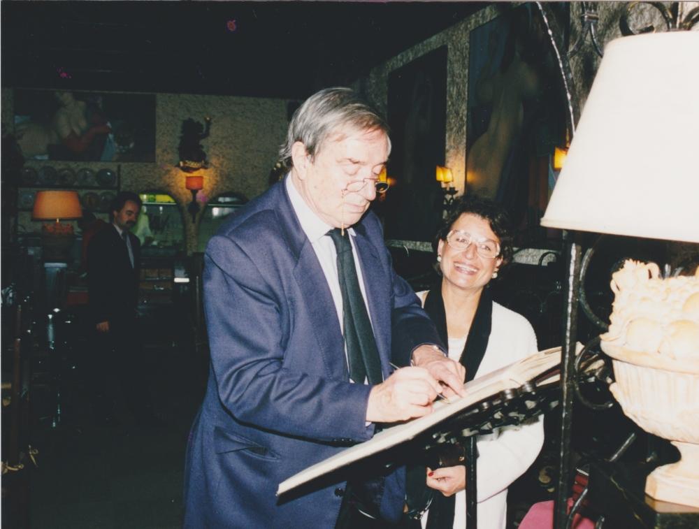 Demetrio Volvcic firma il libro delle presenze alla mostra da Mauro Mannozzi Berlino